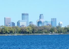 Lake_Calhoun-skyline-Minneapolis-2006-10-01